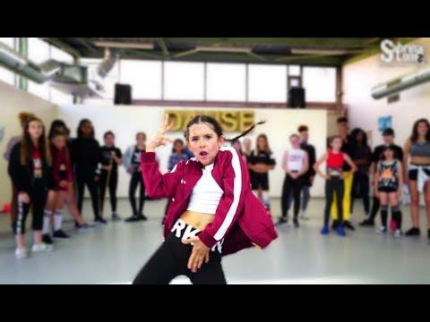 Nassi – Pas Fatigué  DANCE PERFORMANCE des enfants devant Nassi