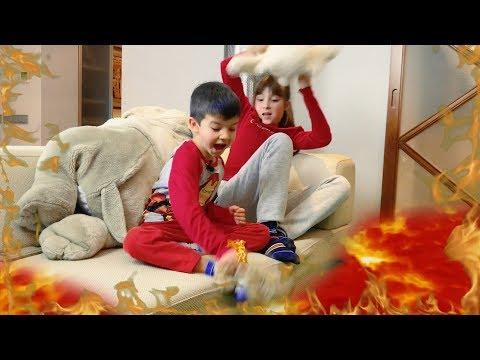 Денис играет с подругой в Пол это Лава 0+
