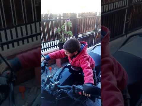 """Joaquin prendiendo la moto del """"tio tistian"""""""