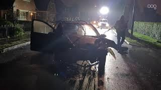 Auto botst op boom bij ernstig ongeluk, bestuurder uit auto geslingerd