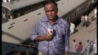 Funny pakistani TV reporter مذيع باكستاني مضحك يضحك