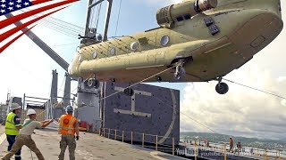 ボブ・ホープ級車両貨物輸送艦に積み込まれるCH-47チヌーク・ヘリコプタ...