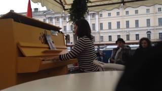 Кира Аршинская на желтом пианино 13 августа 2016