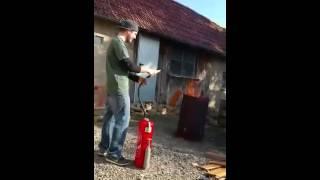Feuerlöscher als Wasserspritze umfunktioniert