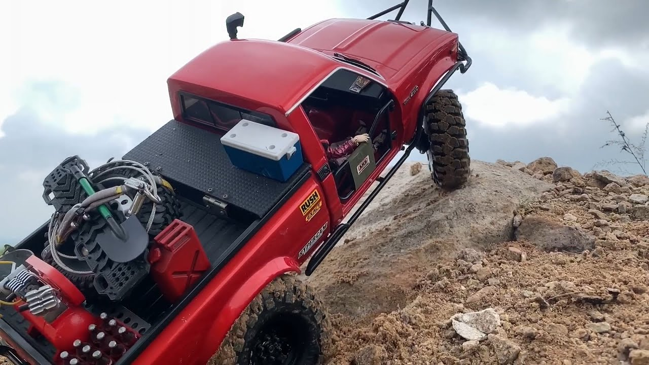 1/10 Scale RC Car : Custom Hilux & RC4WD Chevrolet K-5 Blazer Off road Driving.