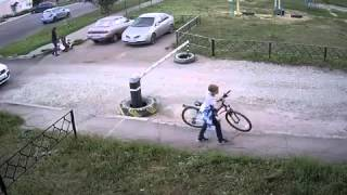 В Пензе мужчина напал на ребенка и сломал его велосипед(Наш паблик ВКонтакте - https://vk.com/tragicandcomic Инцидент произошел в Пензе на улице Рахманинова. Таким образом мужч..., 2016-04-07T07:02:59.000Z)