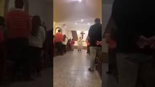 "Video: Un capo! Un cura cordobés canta ""despacito"" en plena misa"