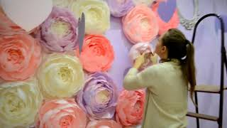 Монтаж фотозоны из бумажных цветов