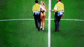 Naked Woman Runs Into Pitch Champions League Final Madrid :Liverpool vs Totenham