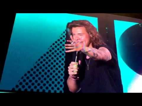 Harry making fun of a tall man - ONE DIRECTION Indianapolis, IN (7/31/15)
