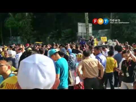 Bersih berprotes dekat bangunan Parlimen