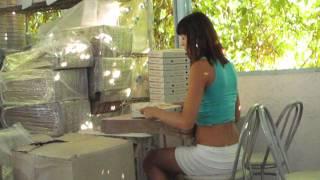 Девшука собирает коробки от пиццы(Неглядя собирает коробки от пиццы, пркол., 2012-08-27T06:44:55.000Z)