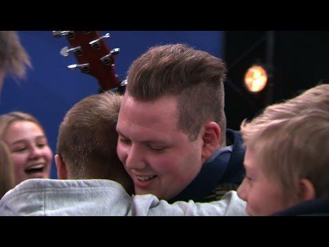 Läraren Rasmus Eriksson blir överraskad av sina elever - Idol Sverige (TV4)