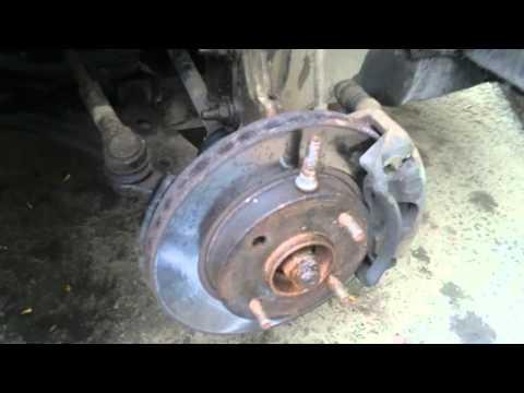 Замена шпилек крепления колеса на передней ступице Nissan Almera Classic.