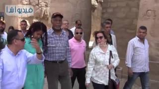 بالفيديو : الممثل العالمي داني جلوفر يقوم بجولة سياحية داخل معبد الأقصر الفرعوني