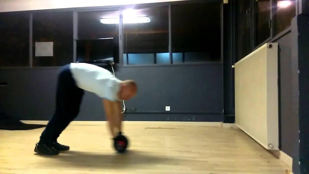 Exercice avec roue abdominale debout - YouTube