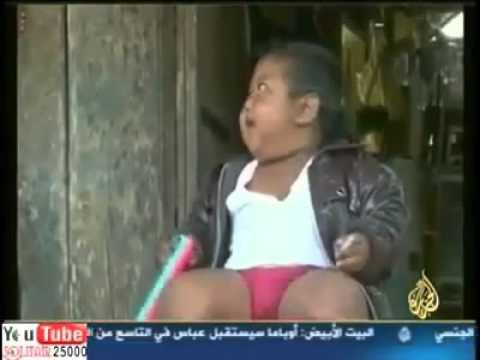 طفل يشرب الدخان وعمره سنتين