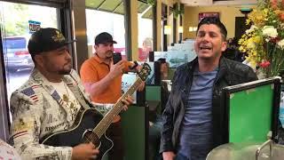 El Flaco de Los Recoditos cantandole a una cajera Los Gustos Que Me Doy