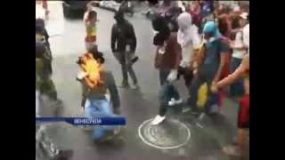 В Венесуэле протестующие сожгли чучело президента