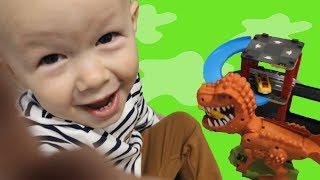 Игрушка динозавр и гоночная трасса с машинками Обзор