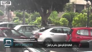 مصر العربية   بالبطانية بائع شاى متجول  يحتمى من المطر