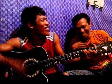 Gitaris Unik Patah Hati.