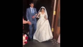 Жених и невеста выходят из церкви после венчания / Армянская свадьба 2018