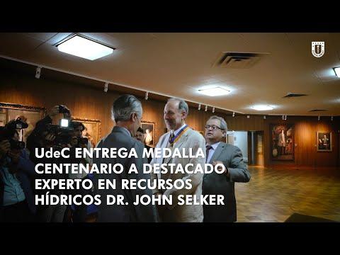 #UdeC100Años: Dr. John Selker recibe Medalla #CentenarioUdeC