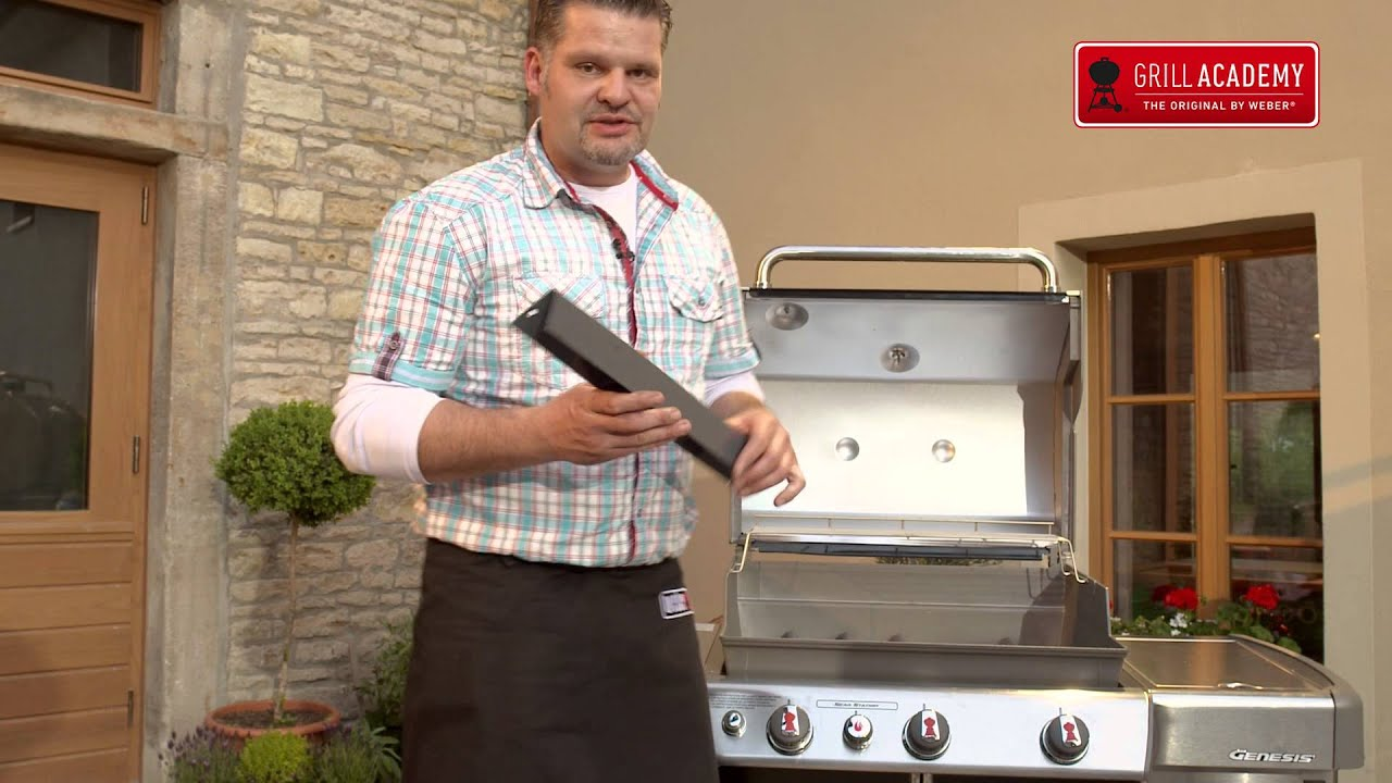 Weber Elektrogrill Erstbenutzung : Weber grill reinigung youtube