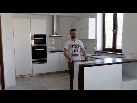 Кухня студия белого цвета. Столешница из камня кварц. Барная стойка из массива. Кухни Киев