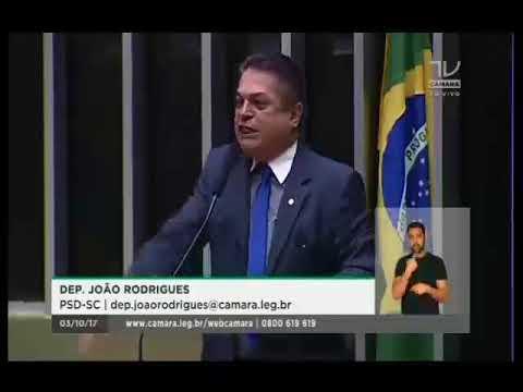 Deputado João Rodrigues diz que quem apoia performance com homem nu tem que 'levar porrada'