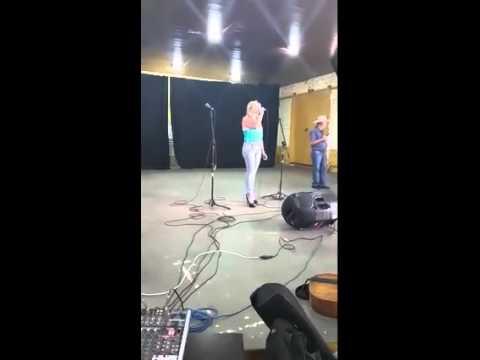 a  cantora      mineira     suelen    silva     no   pograma    estaçao     sertaneja