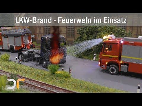 LKW-Brand auf der Landstraße - Feuerwehr und Bergefahrzeug im Einsatz
