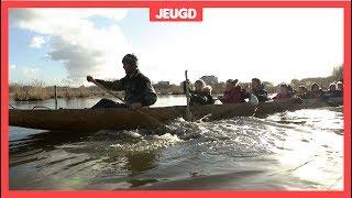 Kinderen varen in een boot uit de IJzertijd