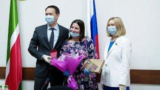 В Альметьевске многодетным семьям медработников подарили планшеты