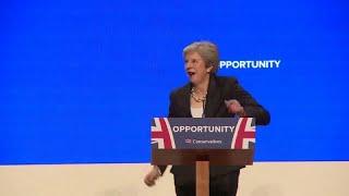 """شاهد: رئيسة وزراء بريطانيا """"ترقص"""" قبل إلقاء خطابها"""