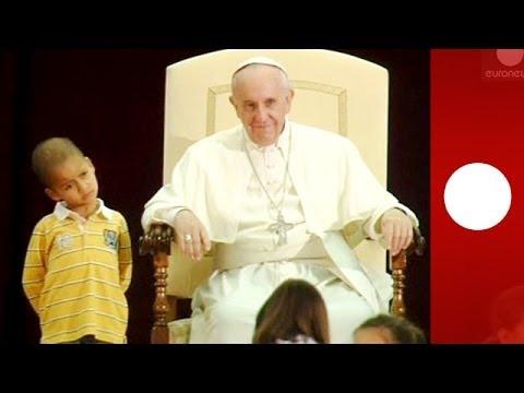 Un petit garçon vole la vedette au pape François lors d'un discours au Vatican