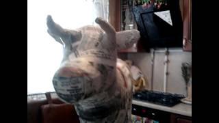Корова и бык из пластиковых бутылок и папье-маше