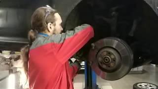 видео Ремонт и замена тормозных дисков и колодок на Ауди А6 в кузове С6