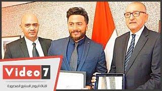 بالفيديو..سفير مصر بالولايات المتحدة يكرم تامر حسنى وسط حضور من الجالية المصرية