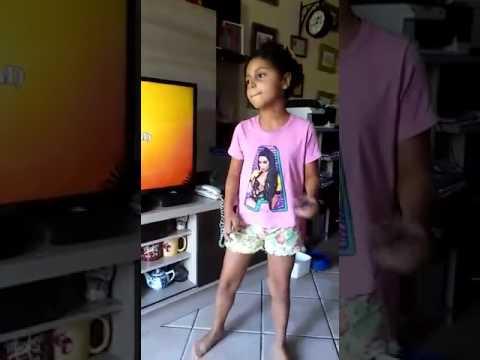 Catherine cantando karaoke