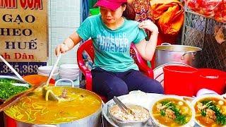 3 chị em gái xinh đẹp bán bánh canh cua bột gạo Huế trên vỉa hè Sài Gòn | street food