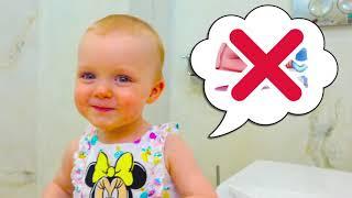 Cinco Crianças fingem jogar ser babás