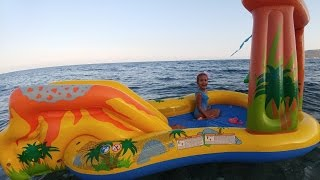 Elif Dinazor havuzu ile  denizde oynuyor, Eğlenceli çocuk videosu