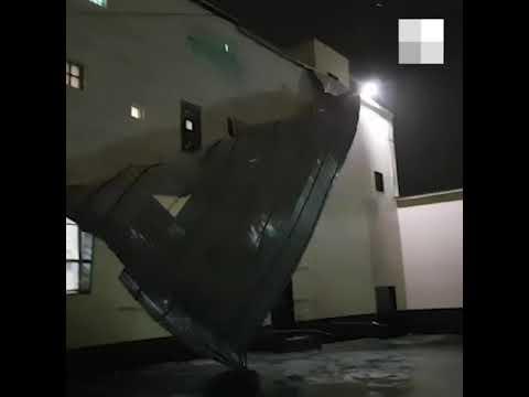 Ветер сдул обивку стены из металлочерепицы на заводе Дефт | E1.ru