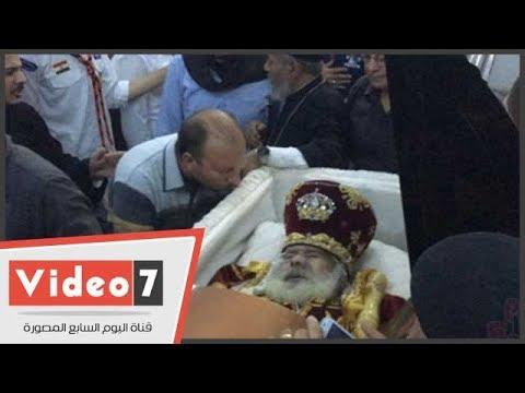 أقباط أسيوط يلقون نظرة الوداع على جثمان الأنبا أنطونيوس أسقف منفلوط