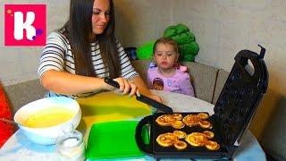 Готовим вафли Микки Маус в вафельнице раскрашиваем съедобными красками make wafers Mickey Mouse