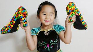 Suji plays as a candy seller 수지의 엠엔엠 초콜릿 구두 가게놀이