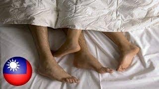 Repeat youtube video Lalaki, minolestiya ang isang babaeng natutulog sa tabi ng kanyang boyfriend!