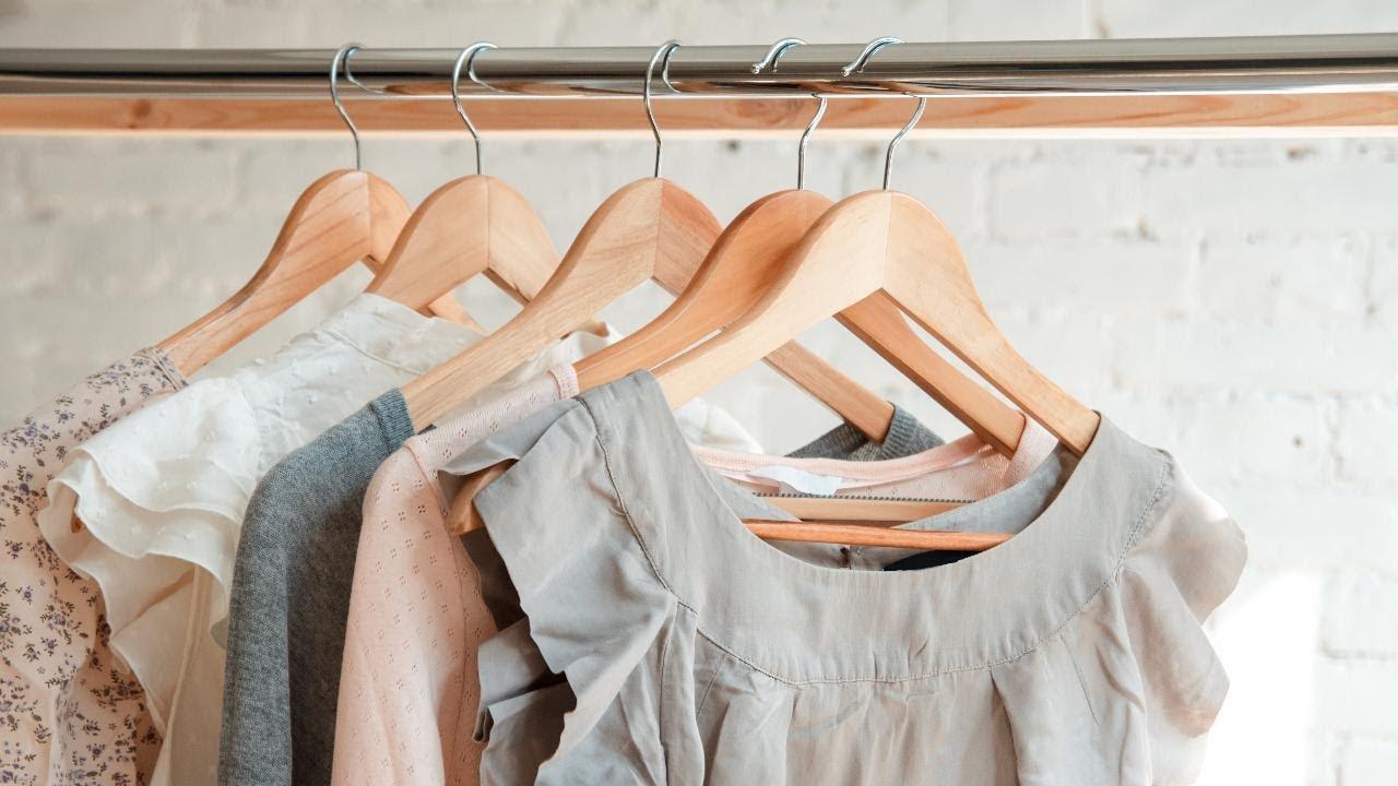 Isi lemari pakaian wanita bisa merupakan tumpukan berbagai barang.